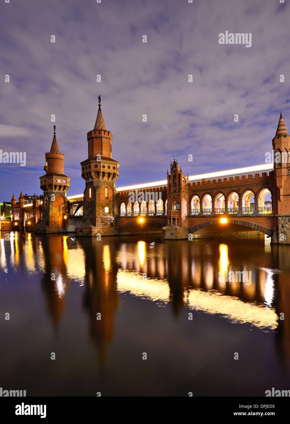 Oberbaumbrücke über die Spree in Berlin, Deutschland. Stockbild
