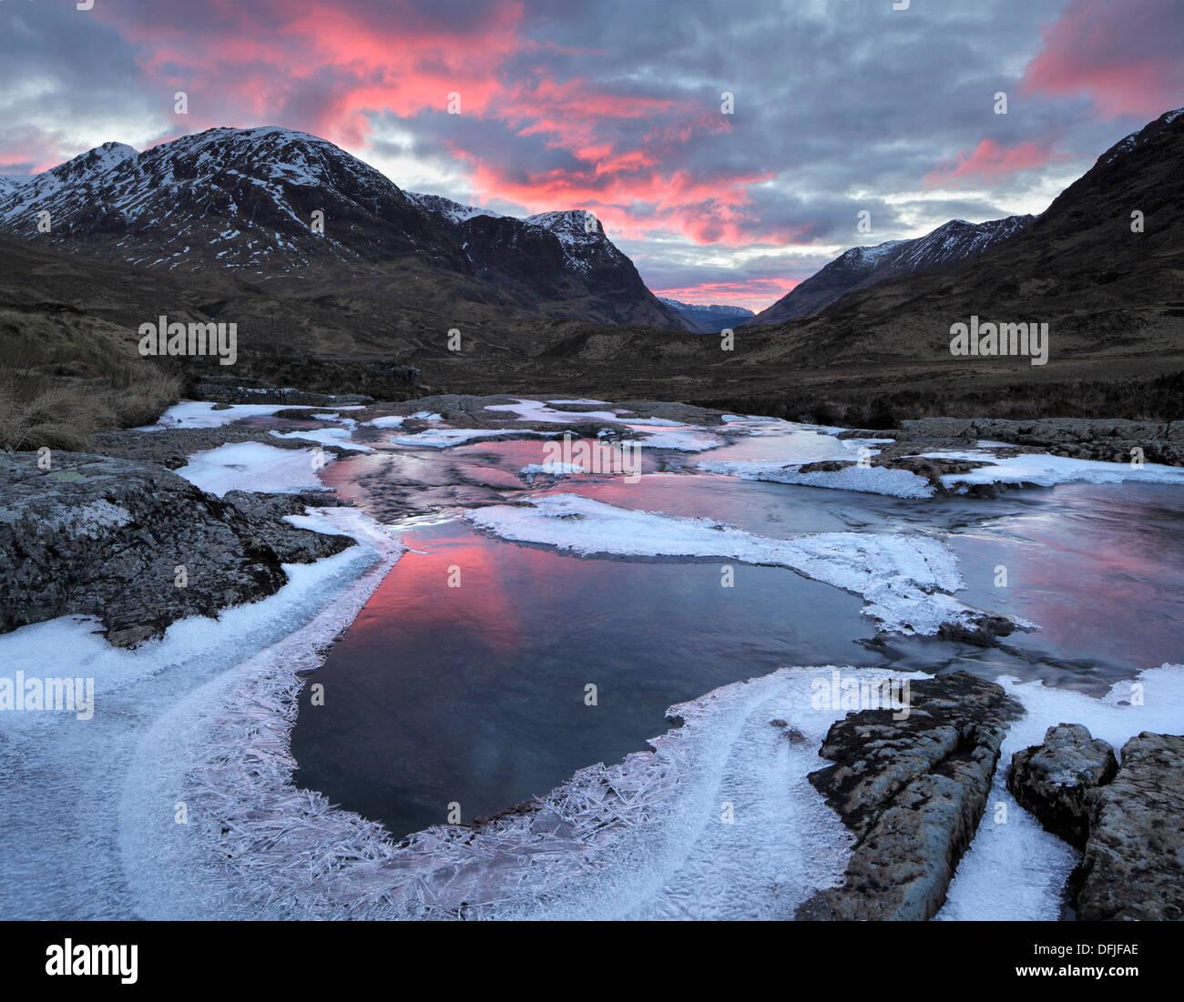 Winter-Sonnenuntergang über den Pass von Glencoe in den Highlands von Schottland Stockbild