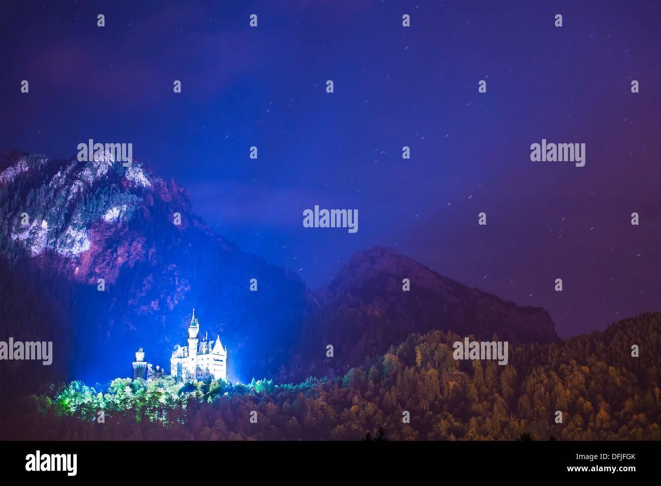 Schloss Neuschwanstein in der Nacht in Füssen, Deutschland. Stockbild