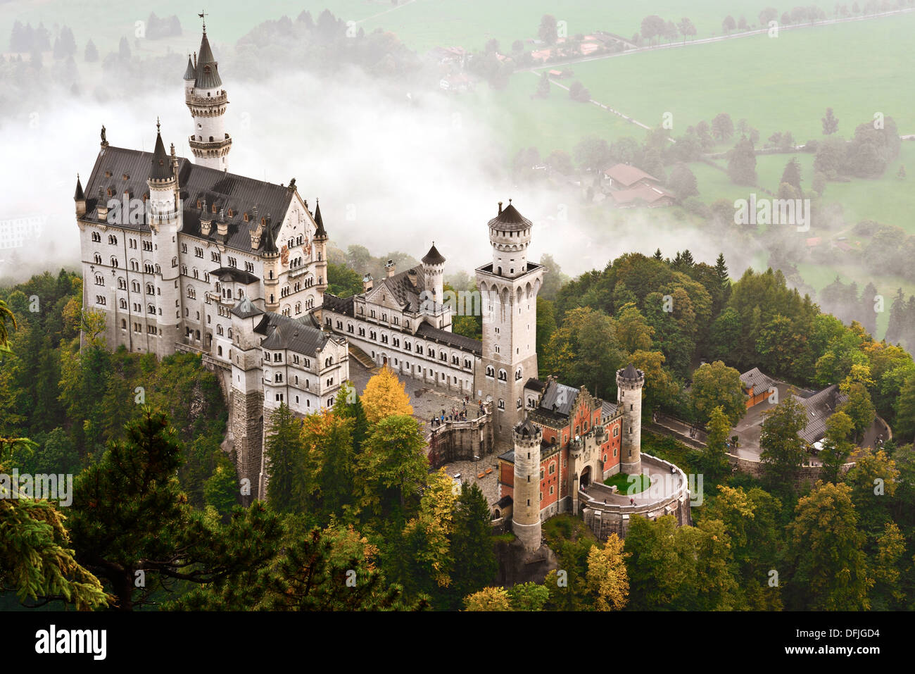 Eingehüllt in Nebel in den Bayerischen Alpen Deutschland Schloss Neuschwanstein. Stockbild