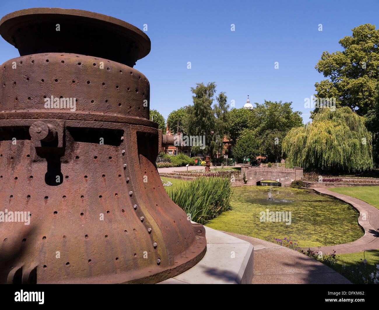 Gusseisen Glocke Gehäuse verwendet bei der Herstellung der große Paul Bell, die schwerste Glocke in der UK, Queen es Park, Loughborough. Stockbild