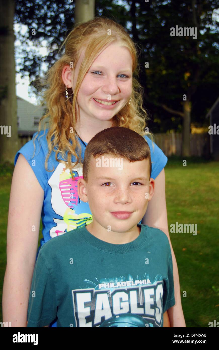 Ein 12 Jahre altes Mädchen und ein Junge 9-Year-Old, Schwester und ...