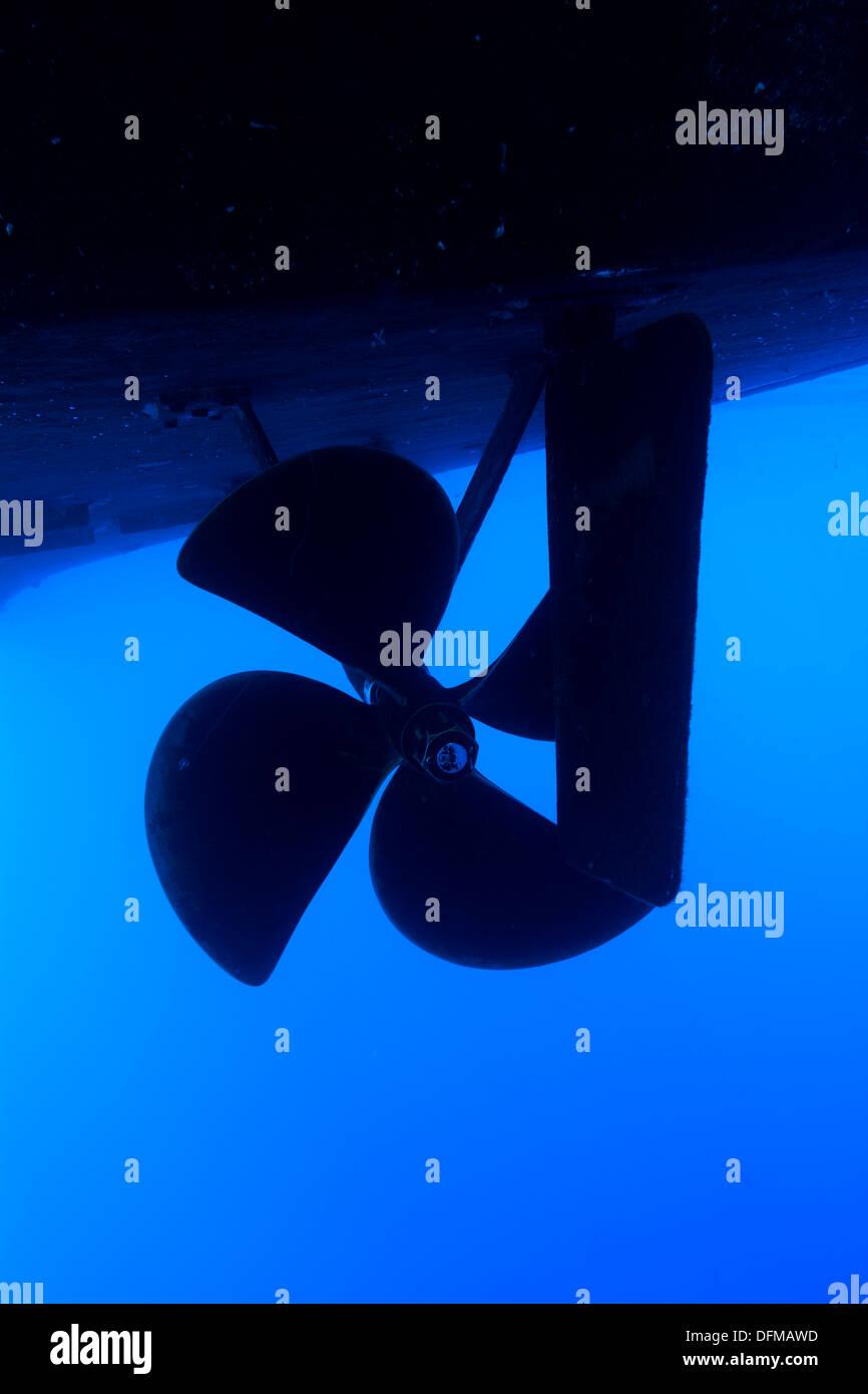 Ein Boot Propeller und Ruder auf einem großen Schiff im blauen Wasser. Stockbild