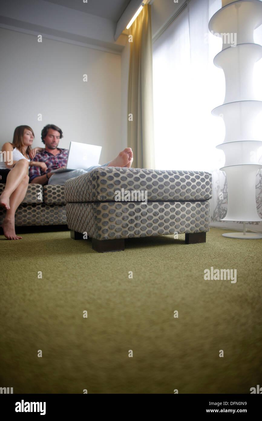 Paar sitzt auf einer Couch in einem Hotelzimmer, Brüssel, Belgien Stockbild