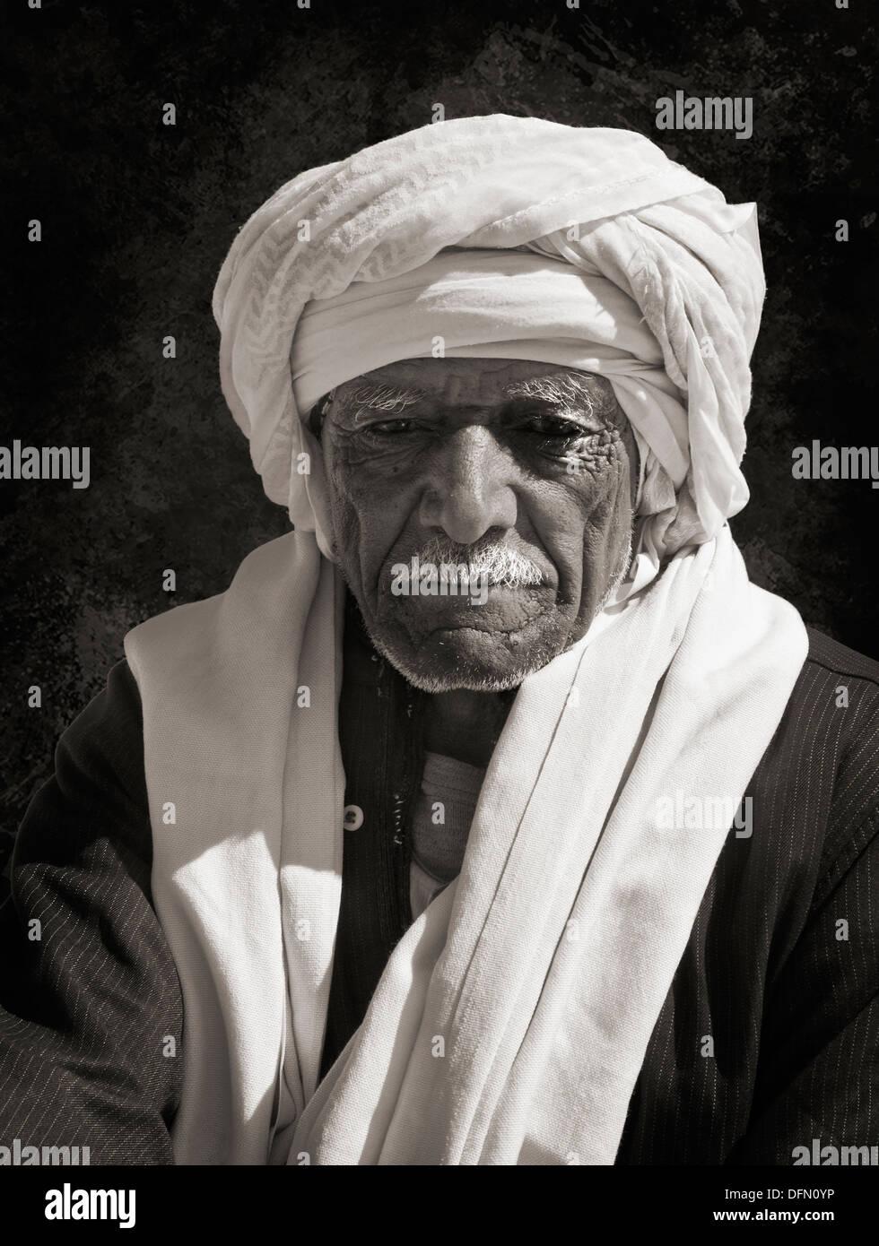 Monochrome Portrait eines älteren ägyptischen arabischen Mannes. Stockfoto