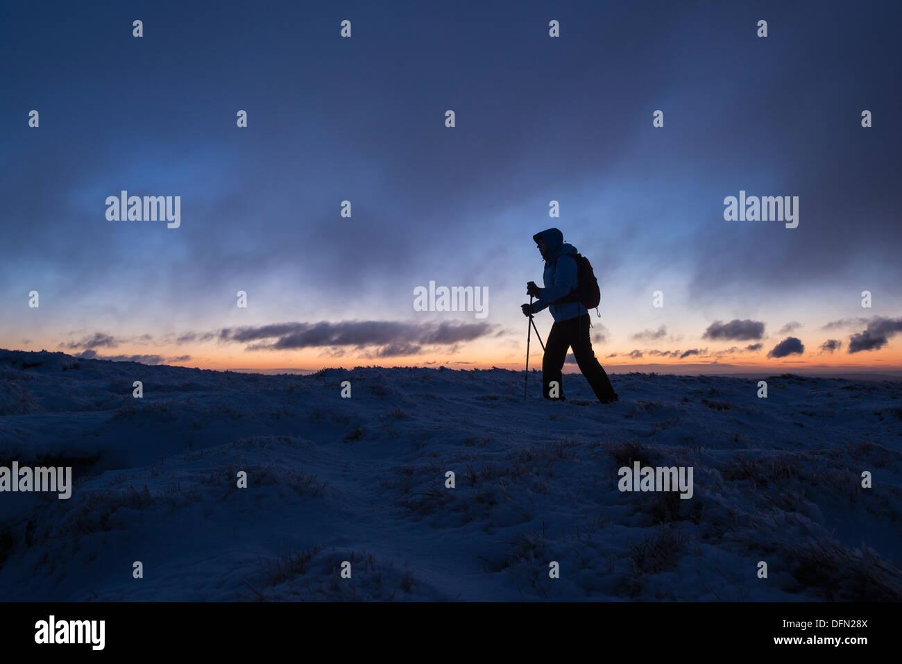 Silhouette der Wanderer auf winterlichen Gipfel des Mais Du im Morgengrauen, Brecon Beacons National Park, Wales Stockbild