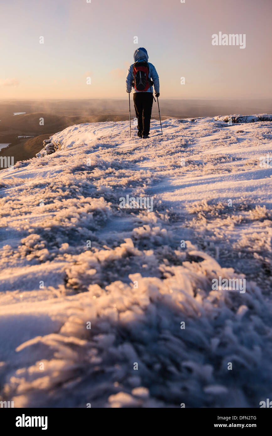 Weibliche Wanderer bei Sonnenaufgang auf Winter Gipfel des Pen Y Fan, Brecon Beacons National Park, Wales Stockbild