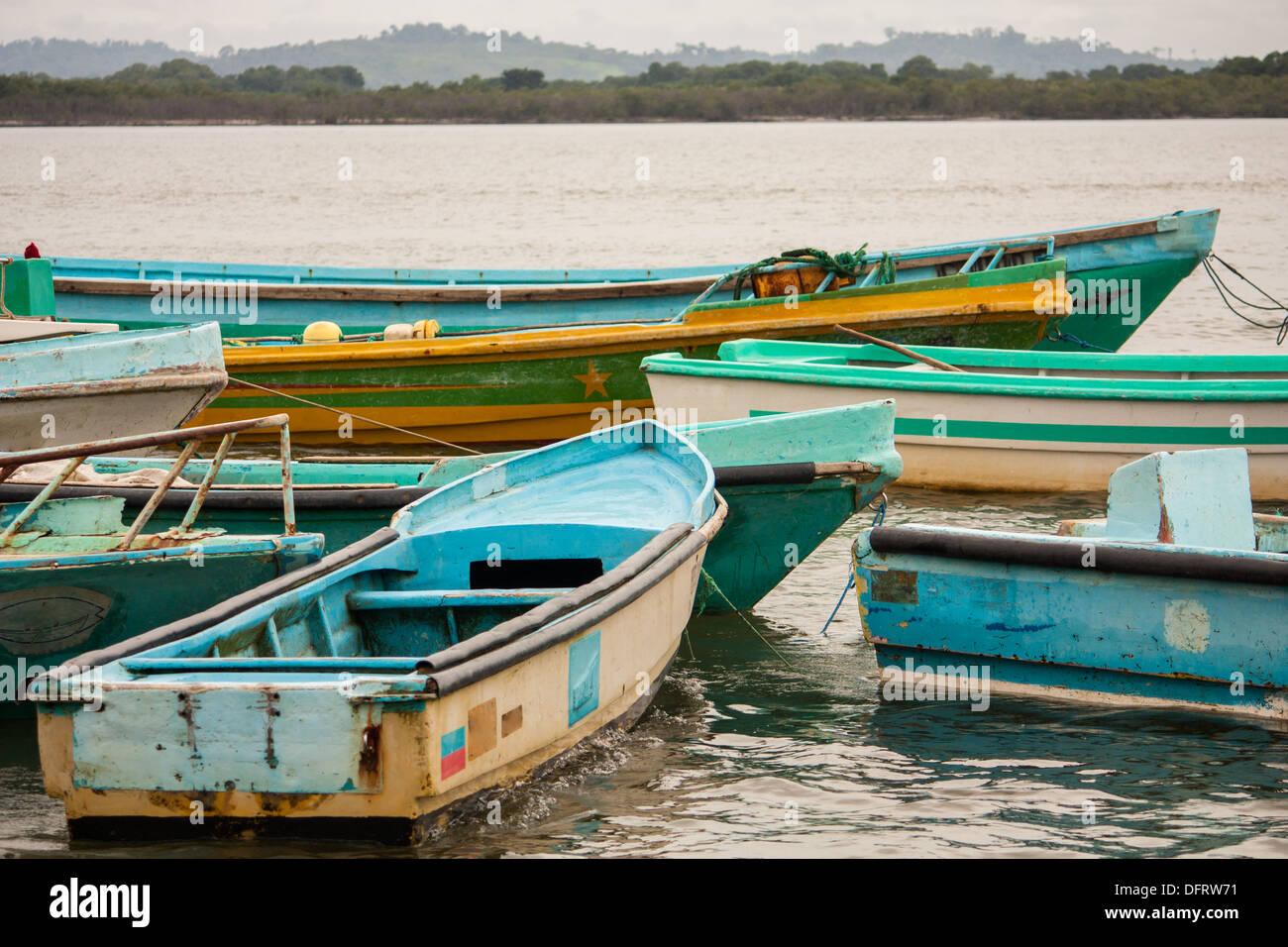 Bunte Boote schwimmen im Hafen am kleinen Dorf von Cojimies auf der Küste von Ecuador am Ende des Tages. Stockfoto
