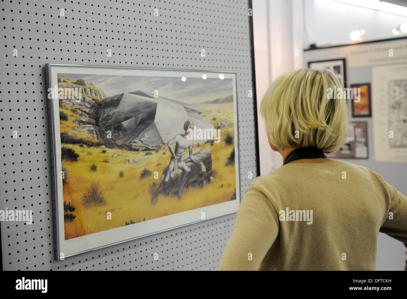 Frau schaut an Kunst-Anzeige im UFO Museum in Roswell, New Mexico ...