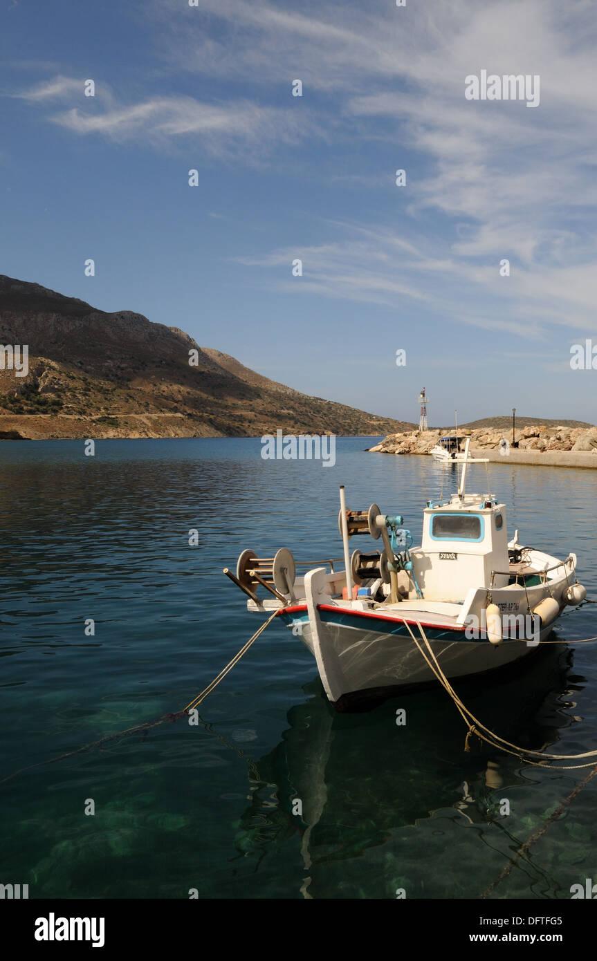 Angelboote/Fischerboote auf dem kleinen Hafen von Aghious Antonios Tilos griechischen Insel die Dodekanes-Griechenland Stockbild