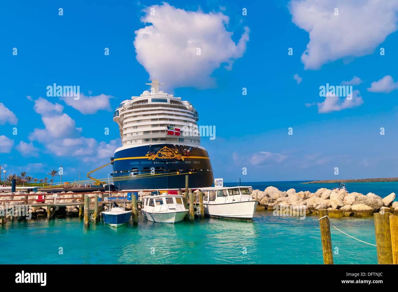 Disney Dream Cruise Schiff Angedockt An Privaten Insel Castaway Cay Disneyfigur The Bahamas Stockfotografie Alamy