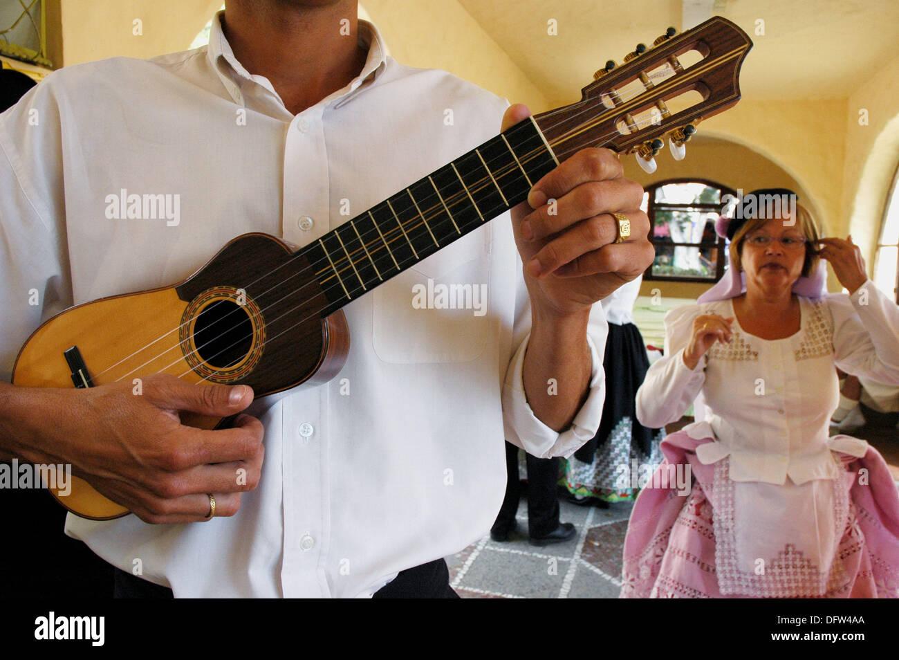 Timple (traditionelle Gitarre der Kanarischen Inseln). Traditioneller Tanz Kleider entworfen vom Künstler Nestor. Recinto del Pueblo Stockbild