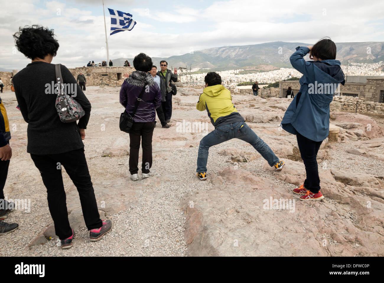 Touristen fotografieren einander auf der Akropolis. Athen, Griechenland am 4. Oktober 2013 Stockbild