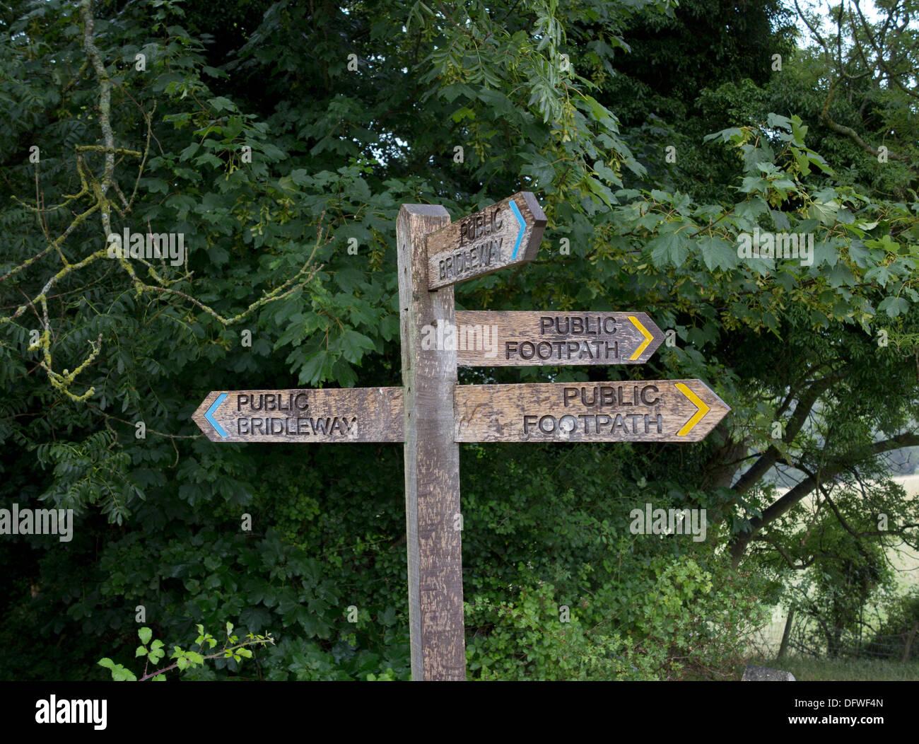 Finger-Posten in der Nähe der South Downs Way in der Nähe von Clayton, West Sussex Stockbild