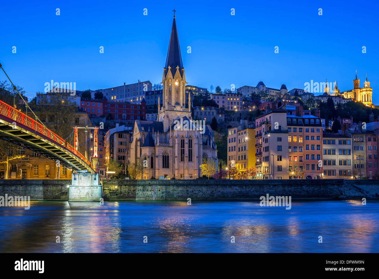 Berühmte Kirche in Lyon mit Saône in der Nacht Stockbild