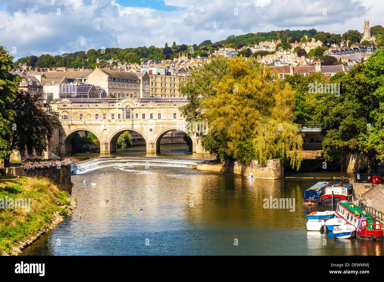 Blick auf die Palladian Pulteney Brücke und Wehr in die Weltkulturerbe-Stadt Bath in Somerset, Großbritannien. Stockbild