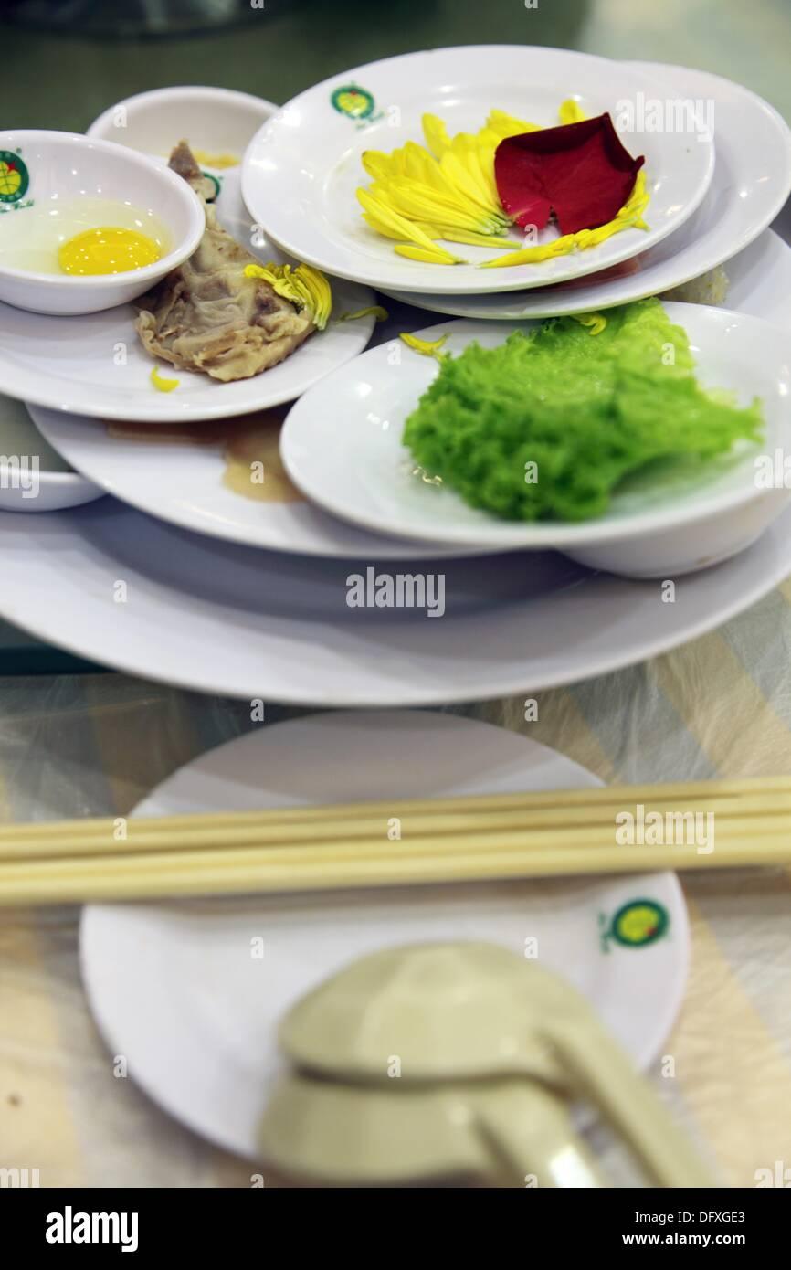 Gemüse und Fleisch sogar Blumen als grundlegende Bestandteile von ´guoqiao mi Xian´ (Überquerung der Brücke Nudeln) eine Art Reisnudeln Stockbild