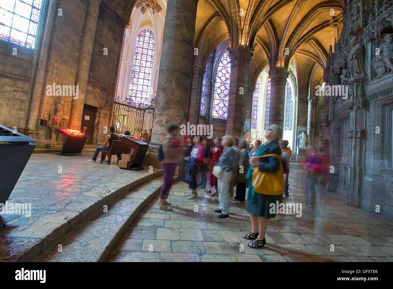 Frankreich, Chartres, Cathédrâle: Intérieur, Visiteurs Stockbild