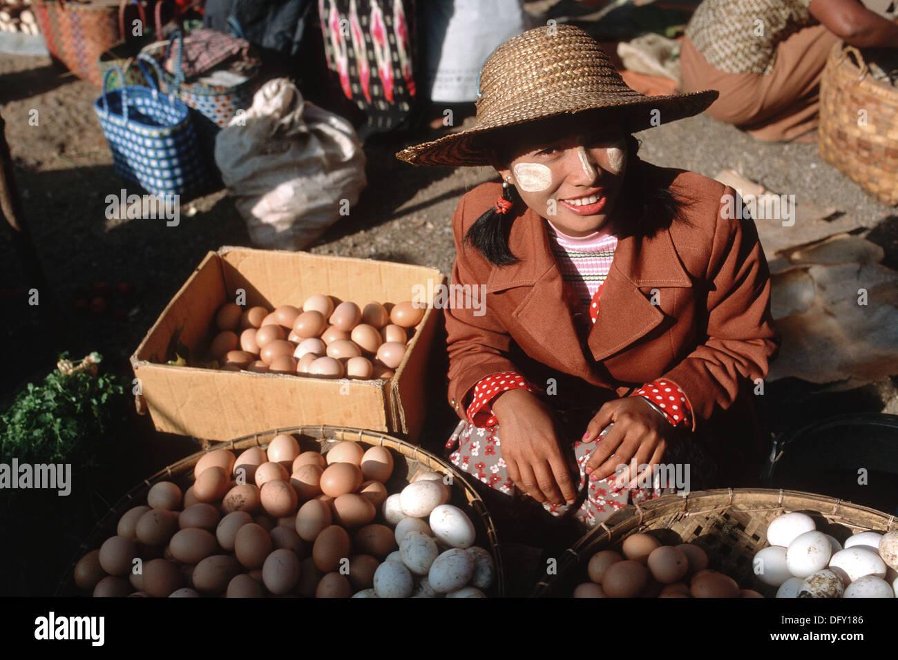 Birmanische Womanan Verkauf von Eiern auf einem Markt Stockbild
