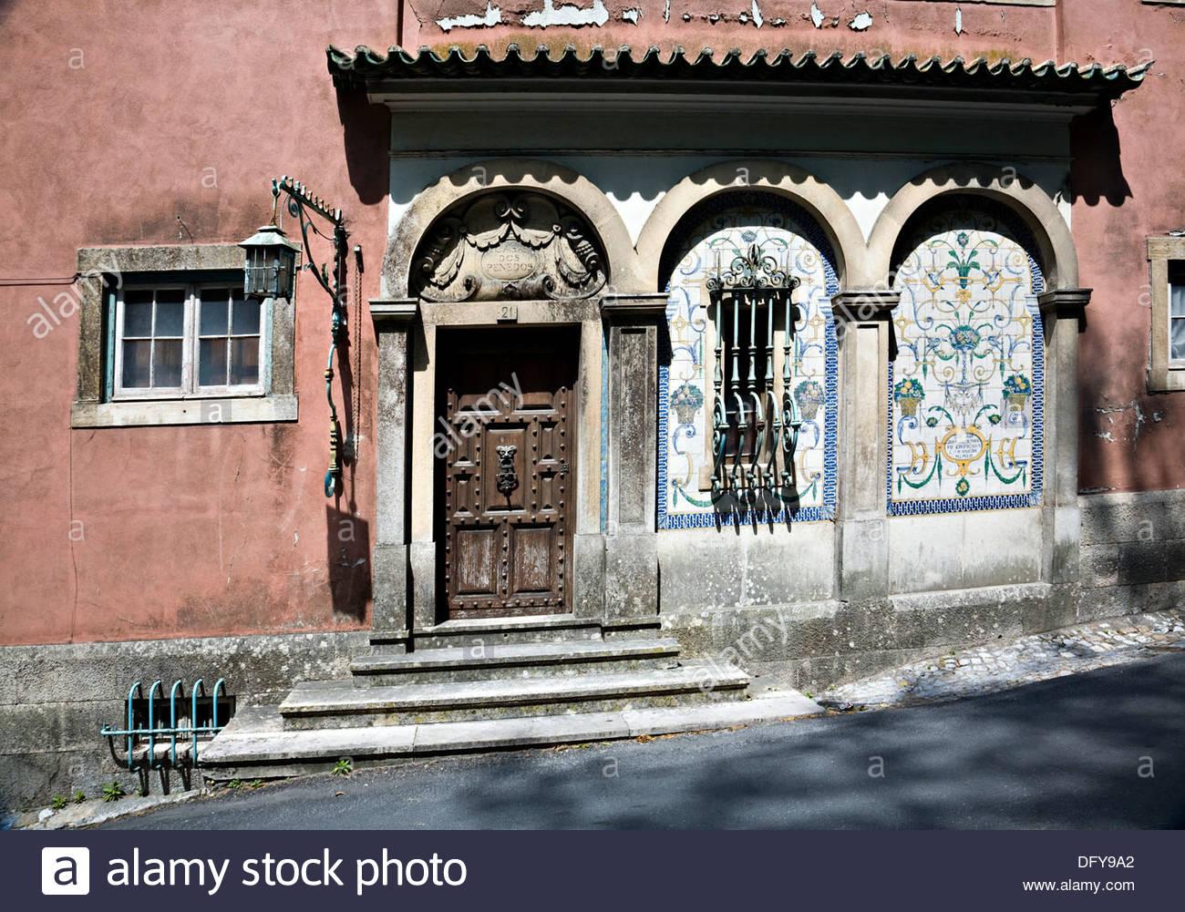 Dekorative Fliesen Auf Alten Hausfassade Mit Schweren Hölzernen Tür Und  Fenster Mit Gitterstäben, Sintra, Portugal