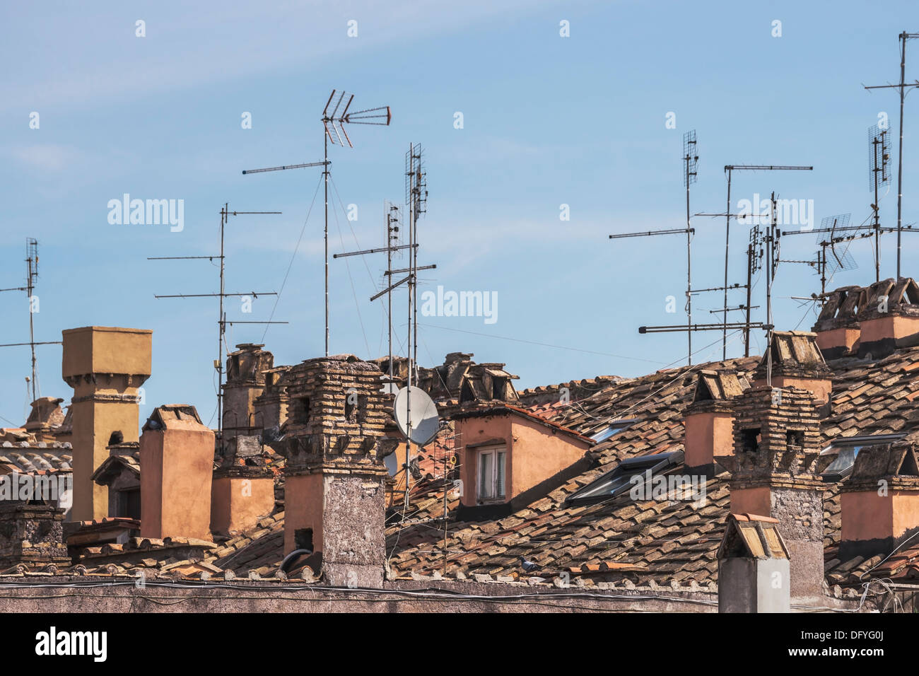 TV-Antennen auf den Dächern der alten Stadt von Rom, Latium, Italien, Europa Stockbild