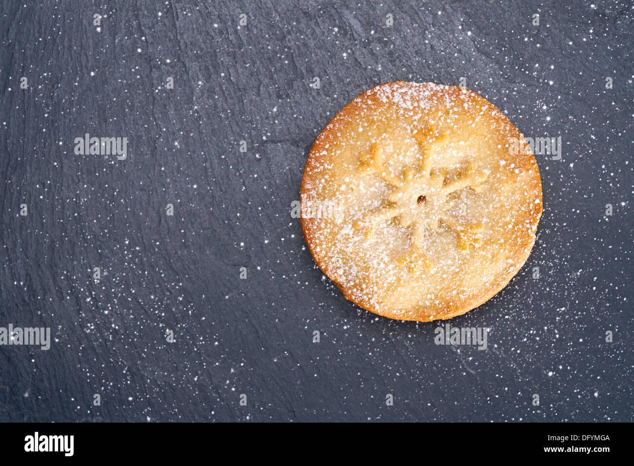 Süße Weihnachten Mince Pie auf einer Tafel Kühlung Board. Stockbild