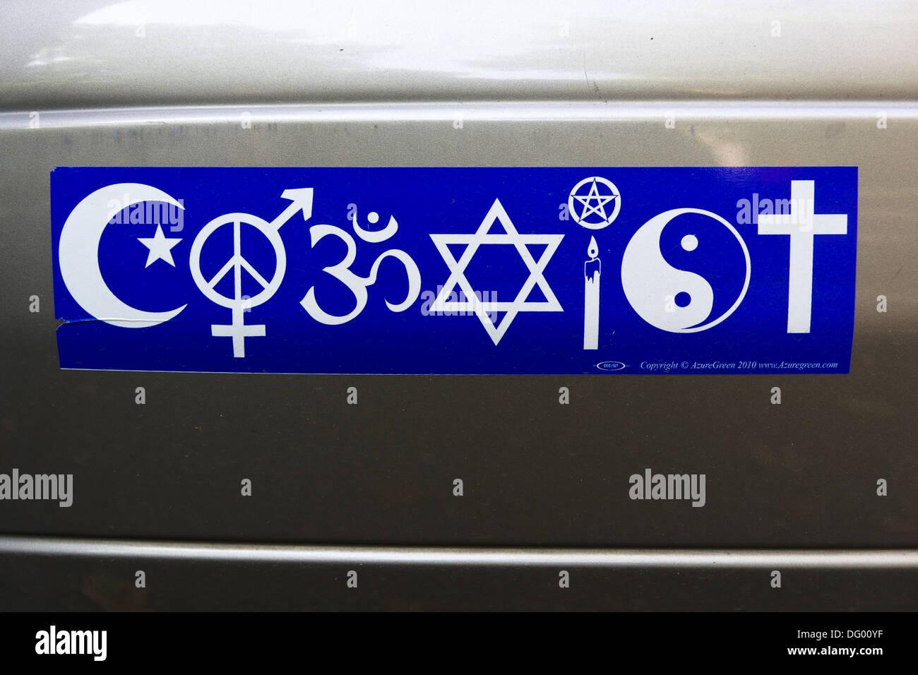 Koexistieren Sie Autoaufkleber mit Symbolen verschiedener Religionen. Stockbild
