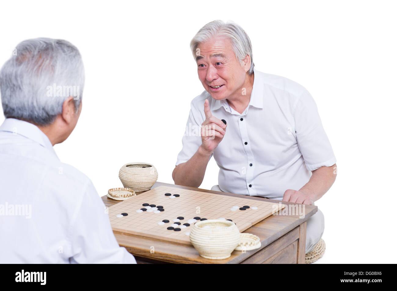 Männliche Senioren Freunde spielen gehen Stockfoto