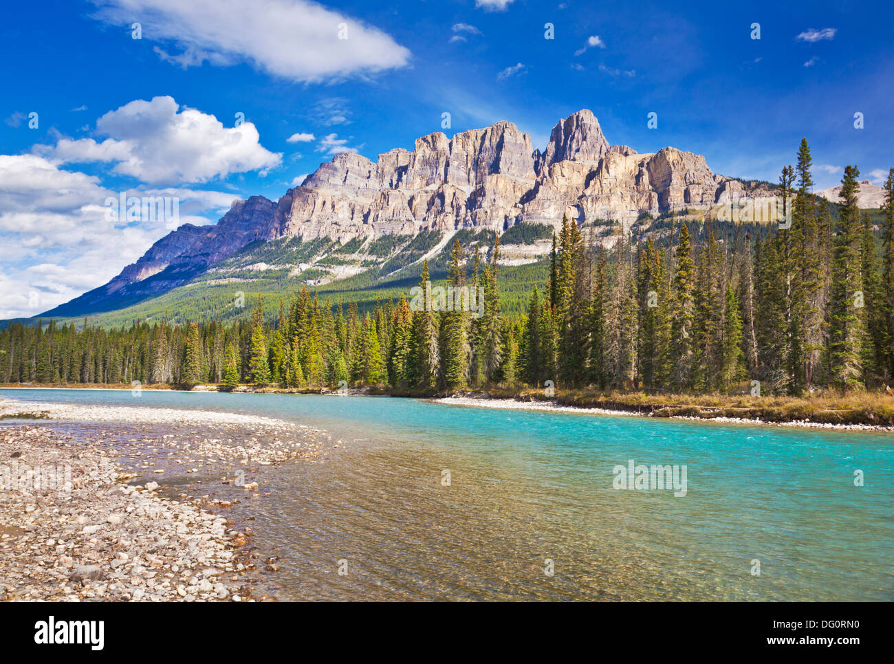 Schloss Berg hinter dem Bow River am Schloss Junction Bow Valley Parkway Banff National park canadian Rockies Alberta Kanada Stockbild