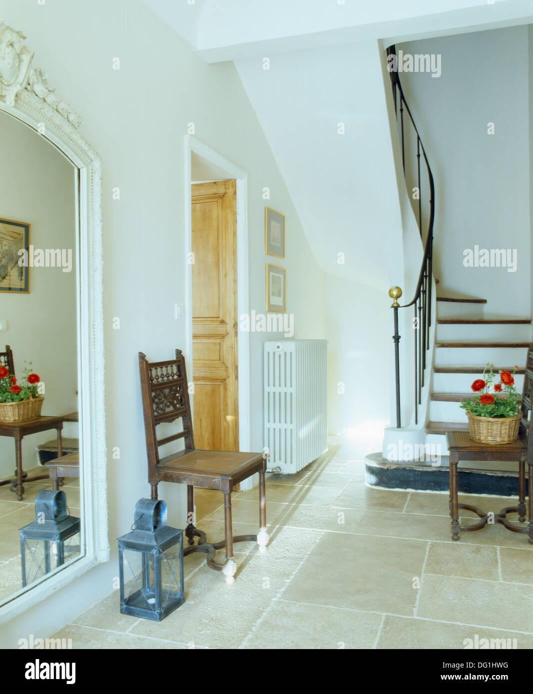 Große Laterne Neben Antiken Stuhl Im Französischen Saal Mit Flagge Stein  Boden Und Große Gemalte Spiegel