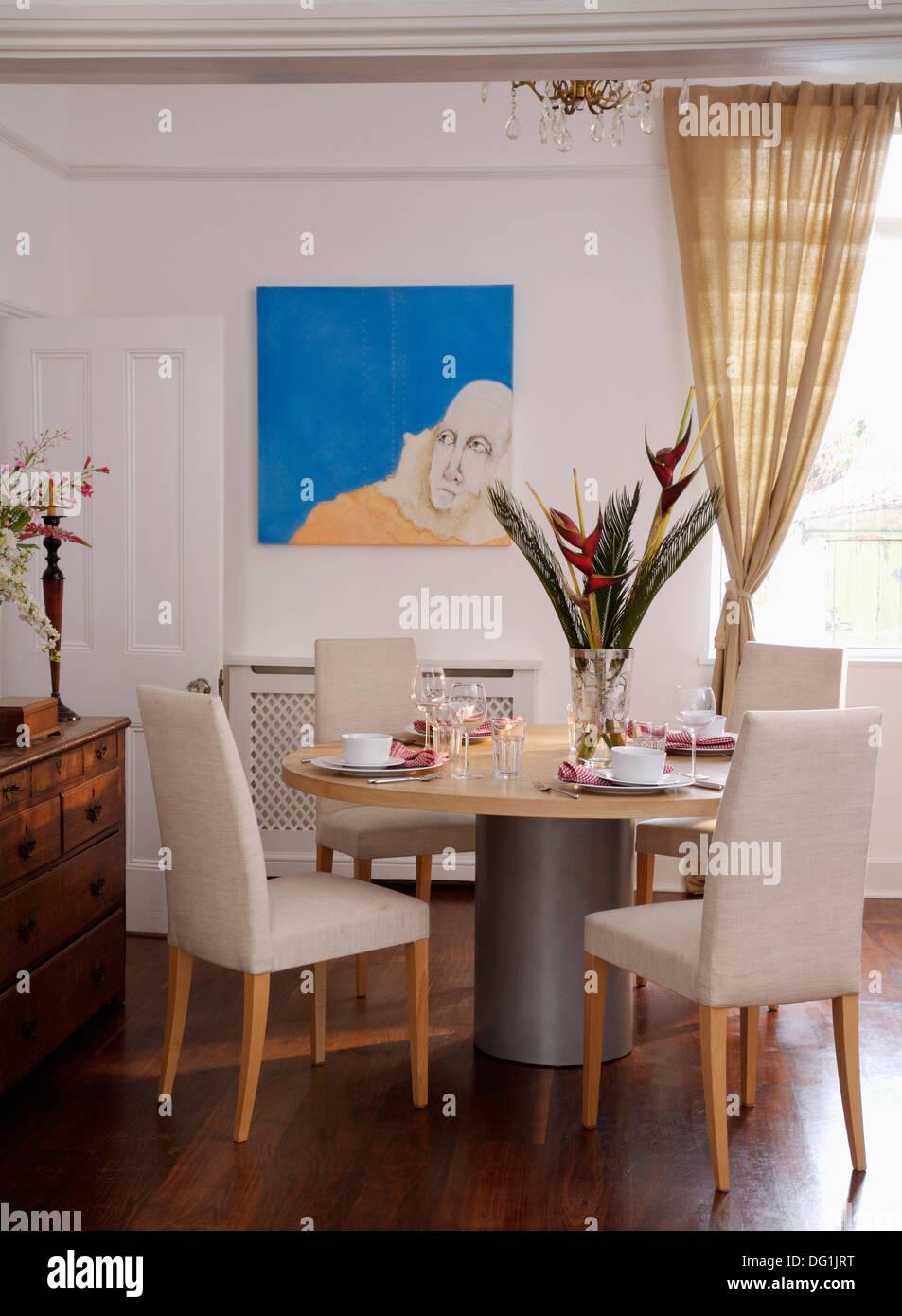 Weissen Polsterstuhle Und Modernen Runden Podest Tisch Weiss Esszimmer