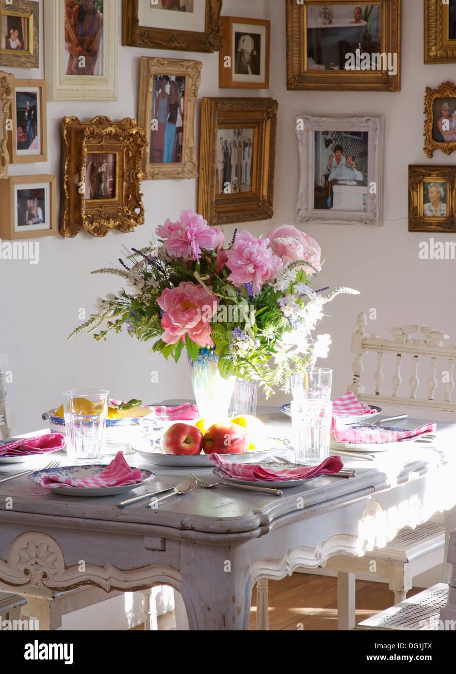 Esszimmer Mit Vase Mit Rosa Rosen Und Laub Auf Grau Lackierte Tisch