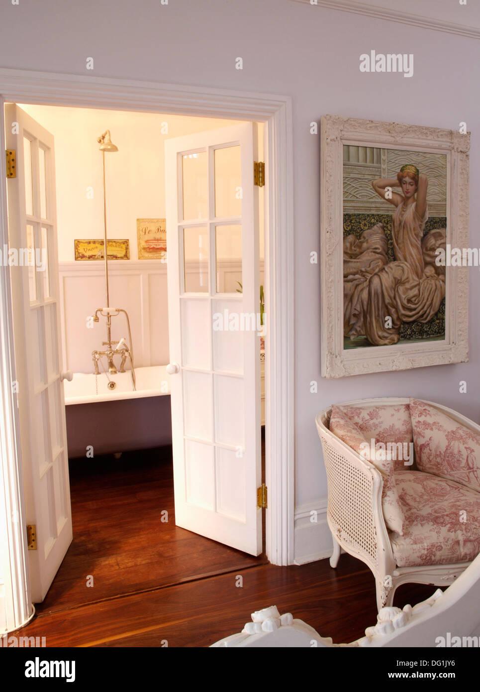 Schlafzimmer Tur Offnen #27: Bild An Wand über Toile-de-Jouy Stuhl Im Schlafzimmer Mit Weißen Hälfte  Verglasten Flügeltüren öffnen, En-Suite Badezimmer