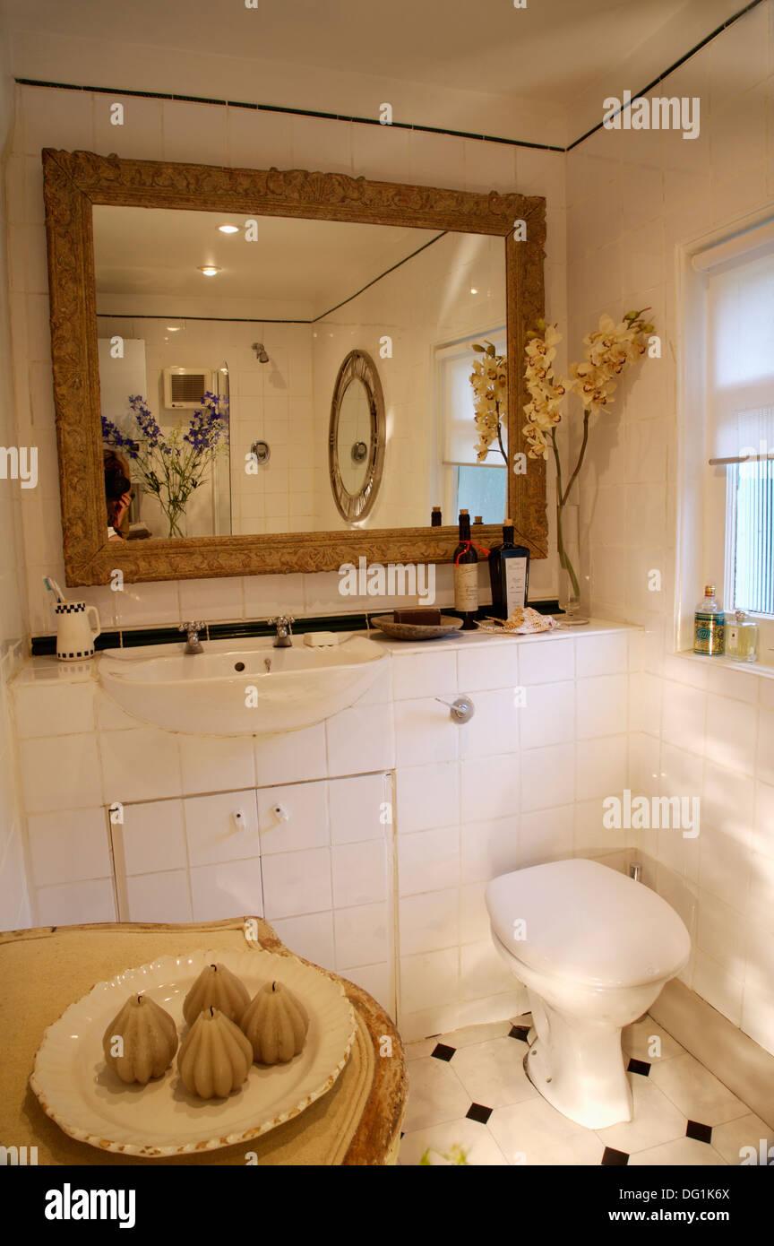 Große rechteckige Spiegel oberhalb WC und Waschtisch mit Becken in