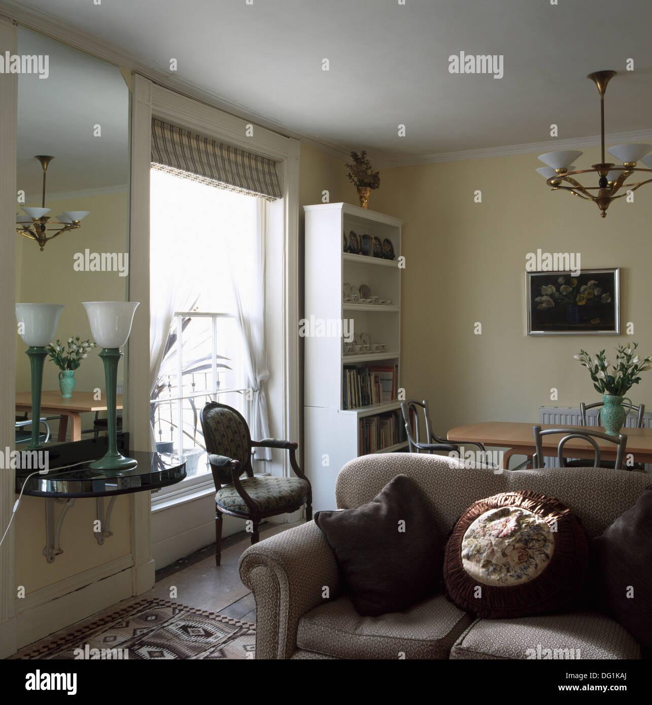 Grune Lampe Auf Konsole Regal Unten Spiegel In Wohn Und Esszimmer