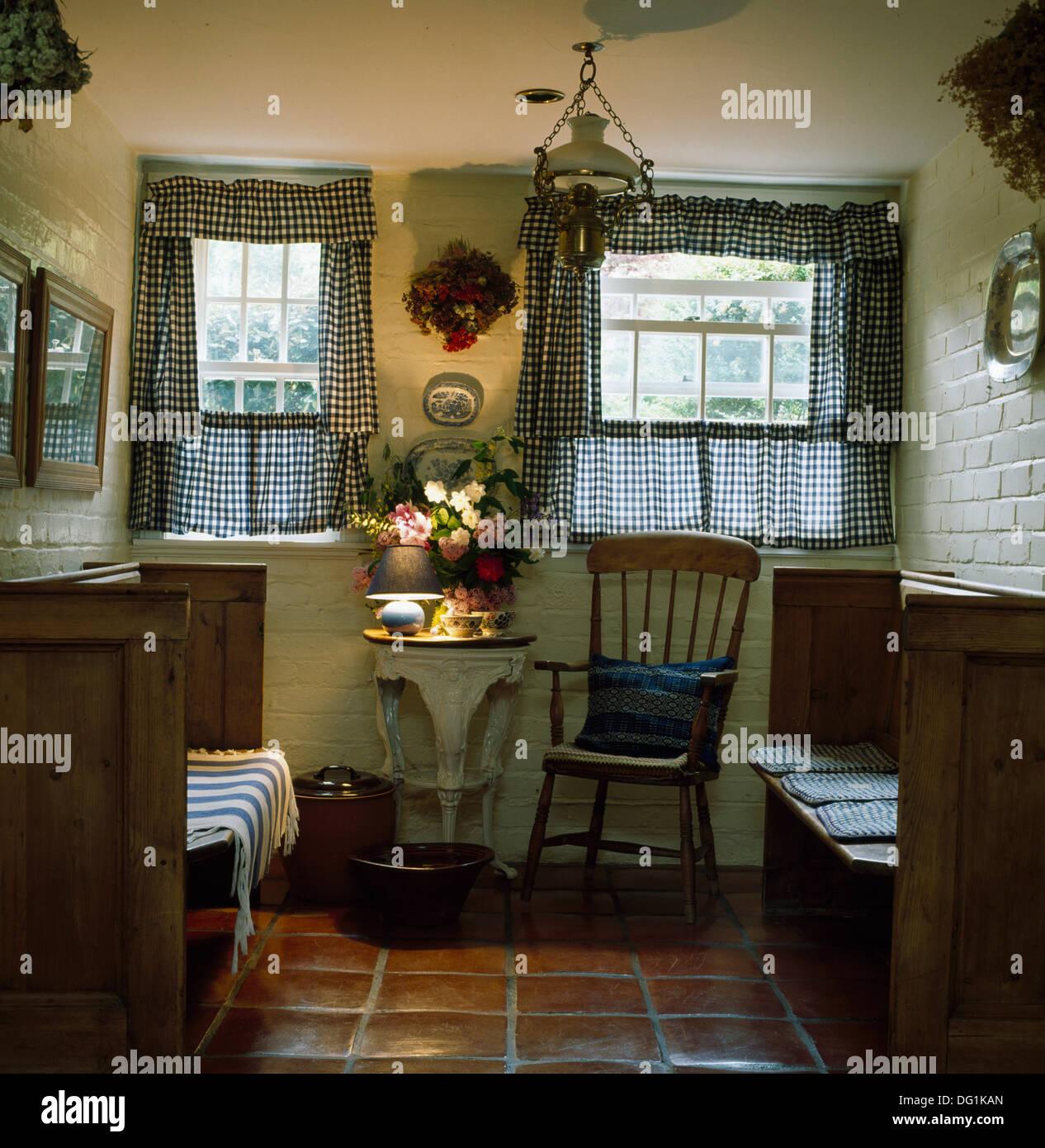 Überprüfte Café Vorhänge an Fenstern oben kleiner Tisch und Stuhl im ...