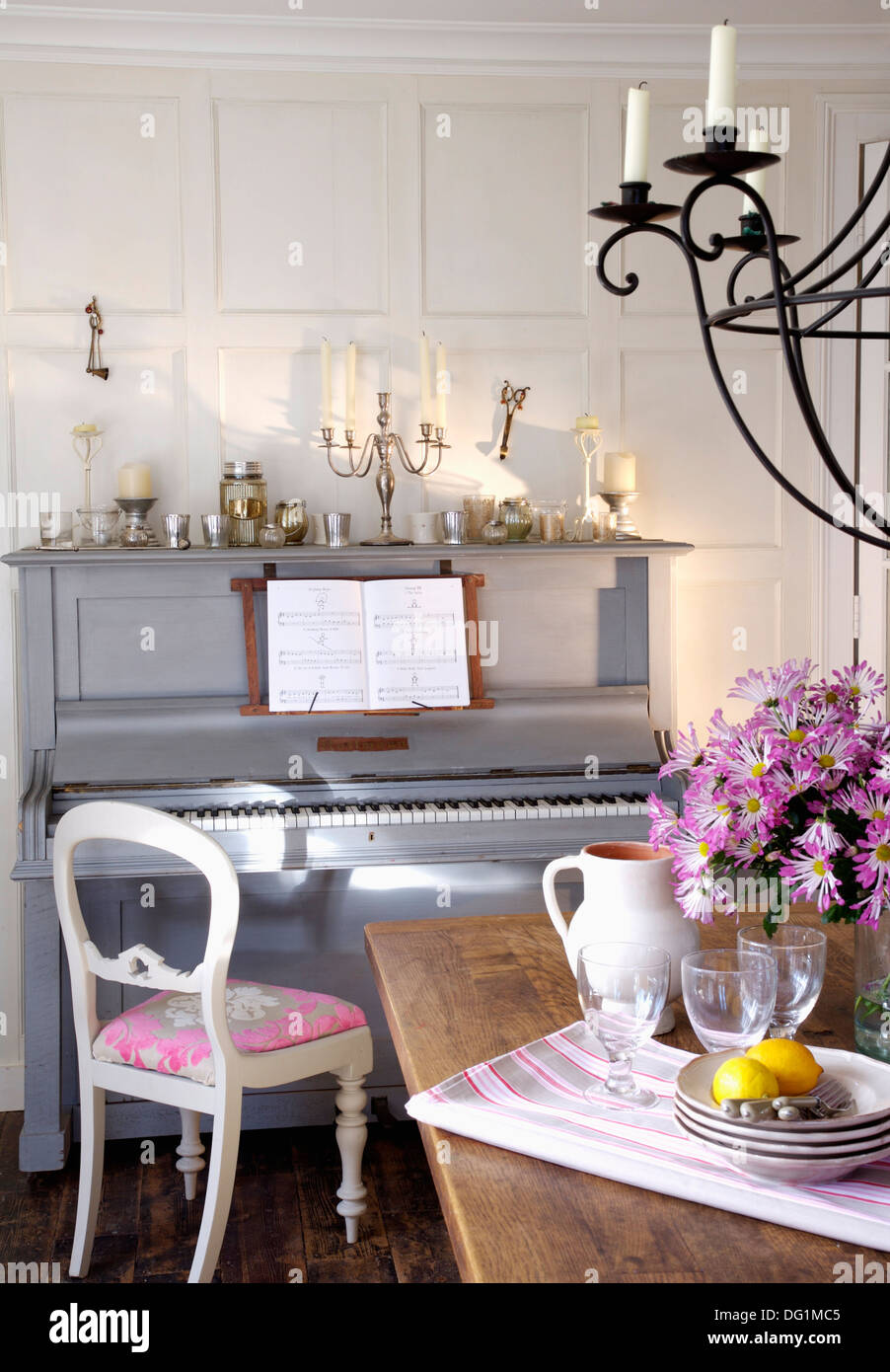 Weißer Stuhl Mit Rosa Sitz Neben Grau Lackiert Klavier In Weiß
