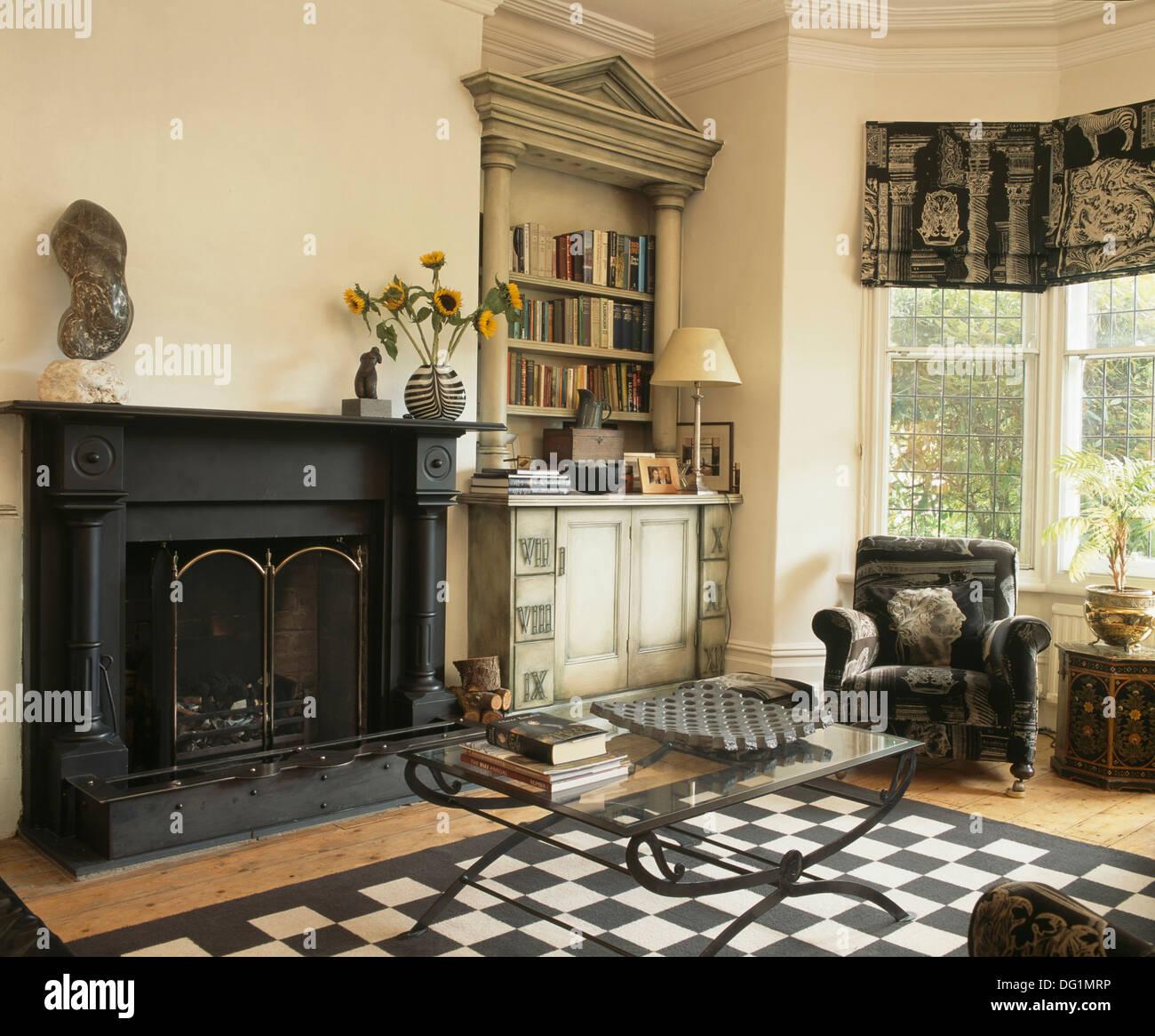 https://c8.alamy.com/compde/dg1mrp/glas-gekront-couchtisch-und-schwarz-weiss-schachbrett-teppich-vor-dem-kamin-im-wohnzimmer-mit-palladio-stil-bucherregal-dg1mrp.jpg