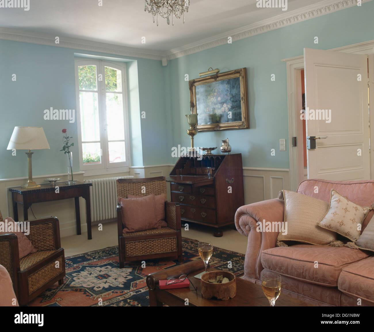Rosa Sofa und Englisch antike Möbel in Pastellblau französische Land ...