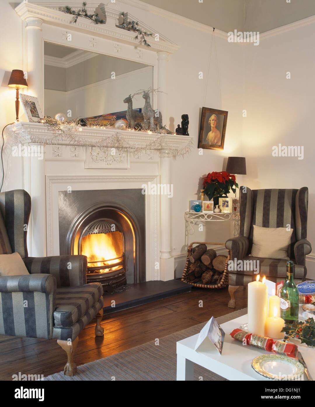 Grau Gestreift Ohrensessel Auf Beiden Seiten Des Kamins Unter Großer Spiegel  Im Stadthaus Wohnzimmer Dekoriert Für Weihnachten