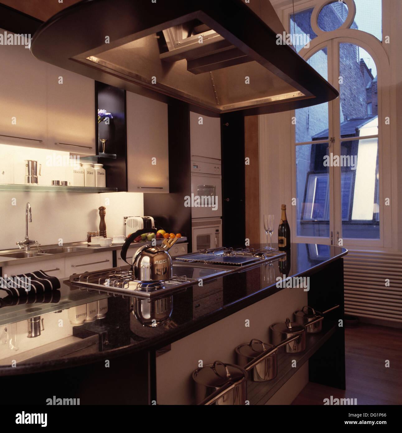 Große Abzugshaube über Insel Einheit Mit Alessi Wasserkocher Auf Kochfeld  In Modernen Stadtküche