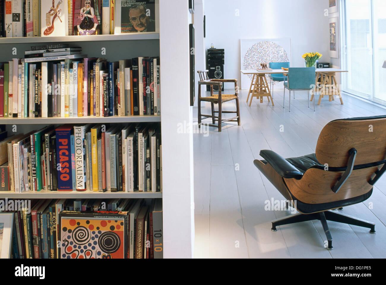 Charles Eames Liege Stuhl Neben Bücherregale Im Modernen Offene Wohnung Mit  Weiß Lackierten Holzboden Stockbild