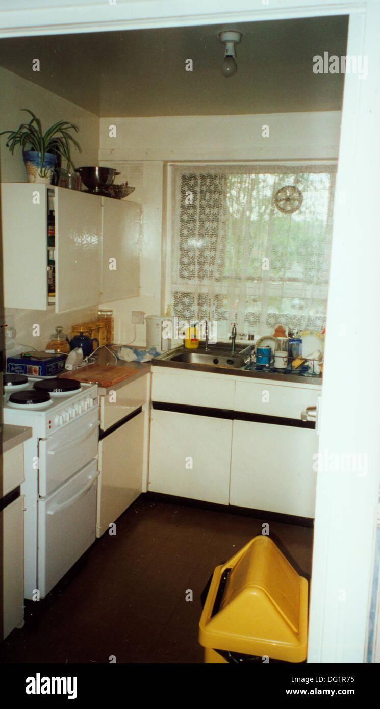 Gelbe Abfallbehälter in datiert Küche mit Gas-Backofen und weißen ...
