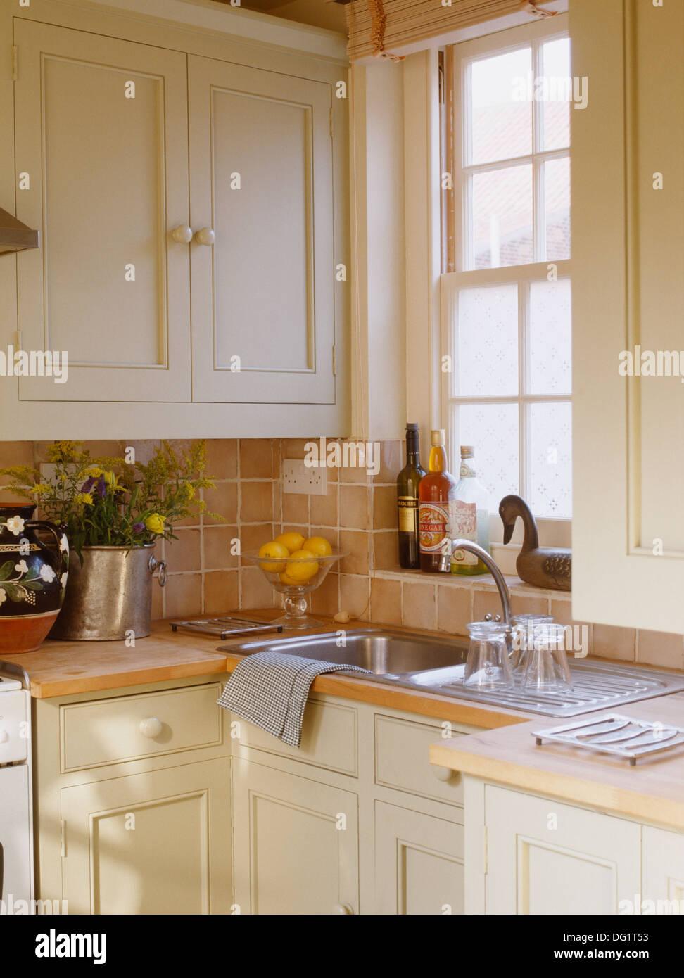 Edelstahl-Spüle unter Fenster in Creme Küche mit keramischen ...