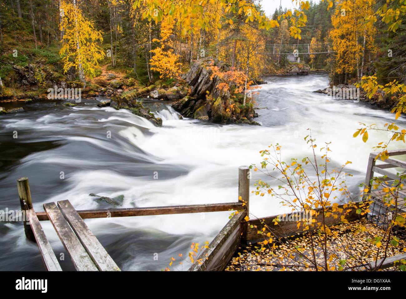 Schnell fließender Fluß über Stromschnellen und Felsen Stockbild