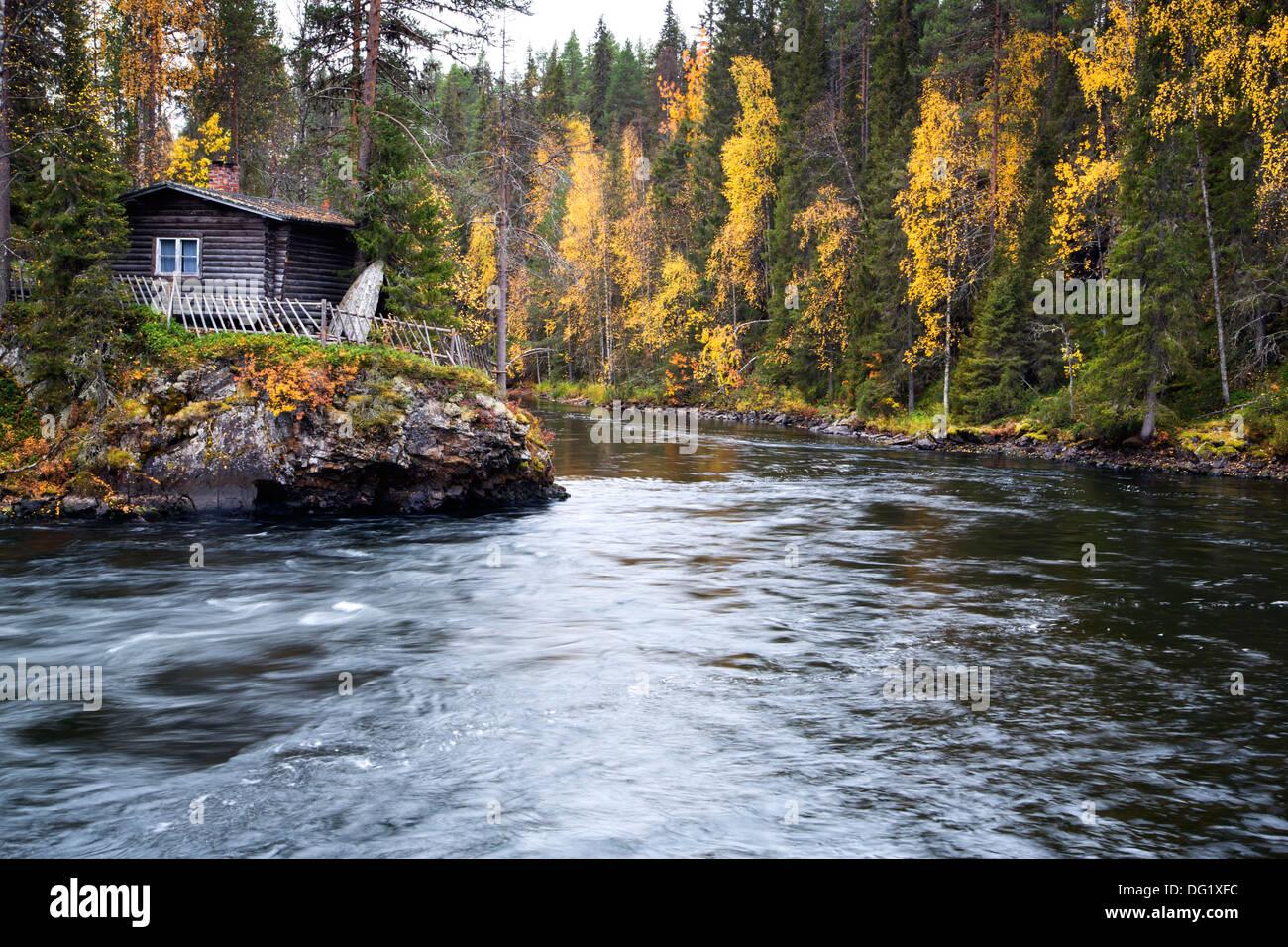 Schnell fließender Fluß ruhig an breitere Stelle Stockbild