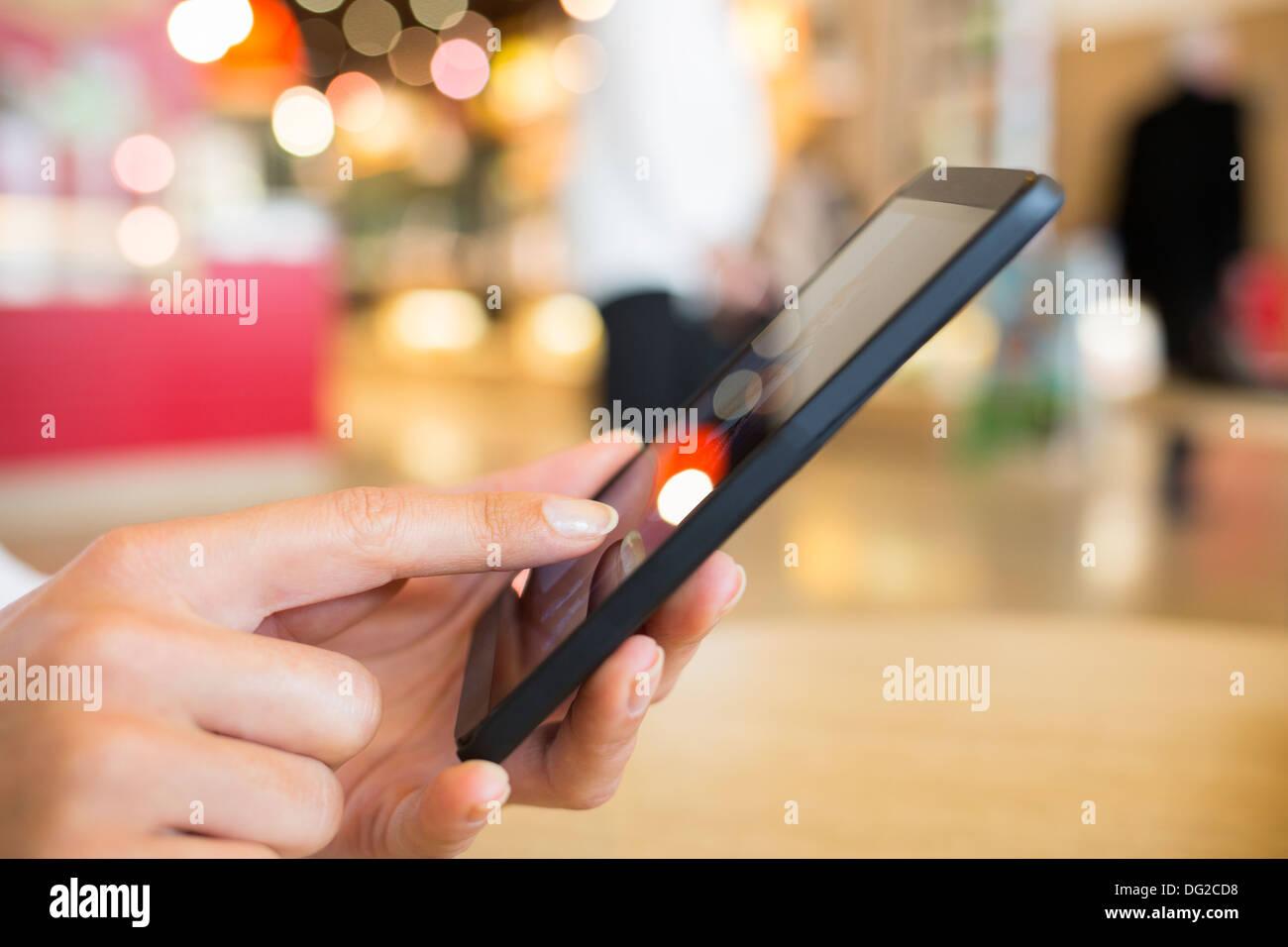 Weibliche Zug Handy Reisen Nachricht sms Stockbild
