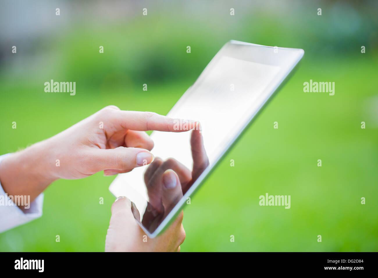 Weibliche outdoor Computer Finger Grasgrün Stockbild