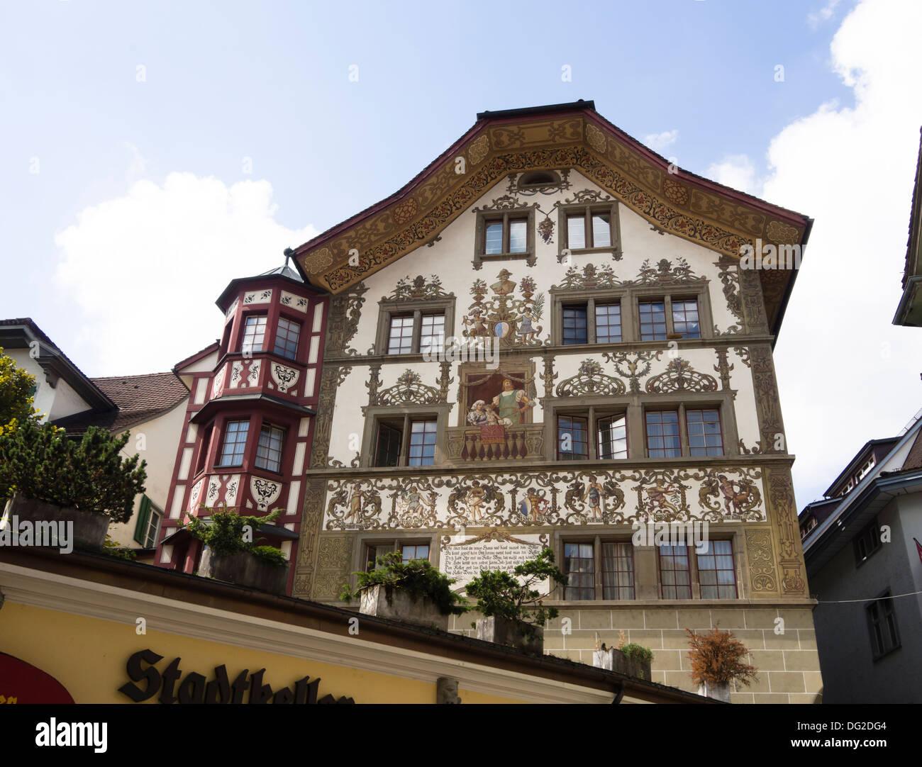 Luzern Eine Wunderschöne Altstadt Und Beliebtes Touristenziel, Dekoriert  Mit Reich Verzierten Fassade Des Hauses Stockbild