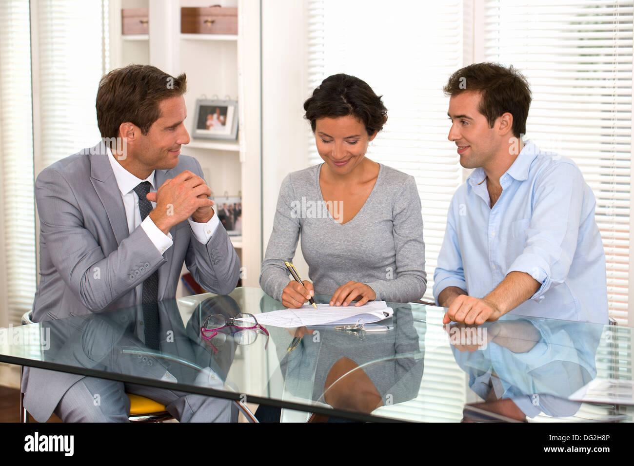 Weiblichen Mann Geschäftsmann Immobilienmakler Vertrag Schreibtisch Stockbild